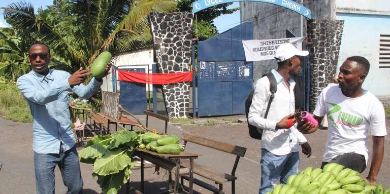 Au lycée de Moroni, les élèves vendent des fruits et légumes pour payer leurs professeurs